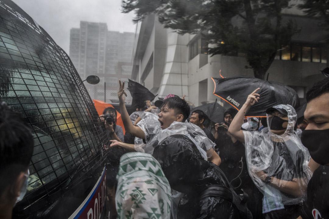 2019年7月31日,一輛警車駛到東區裁判法院外,引起市民不滿,市民追趕警車令其駛離現場。