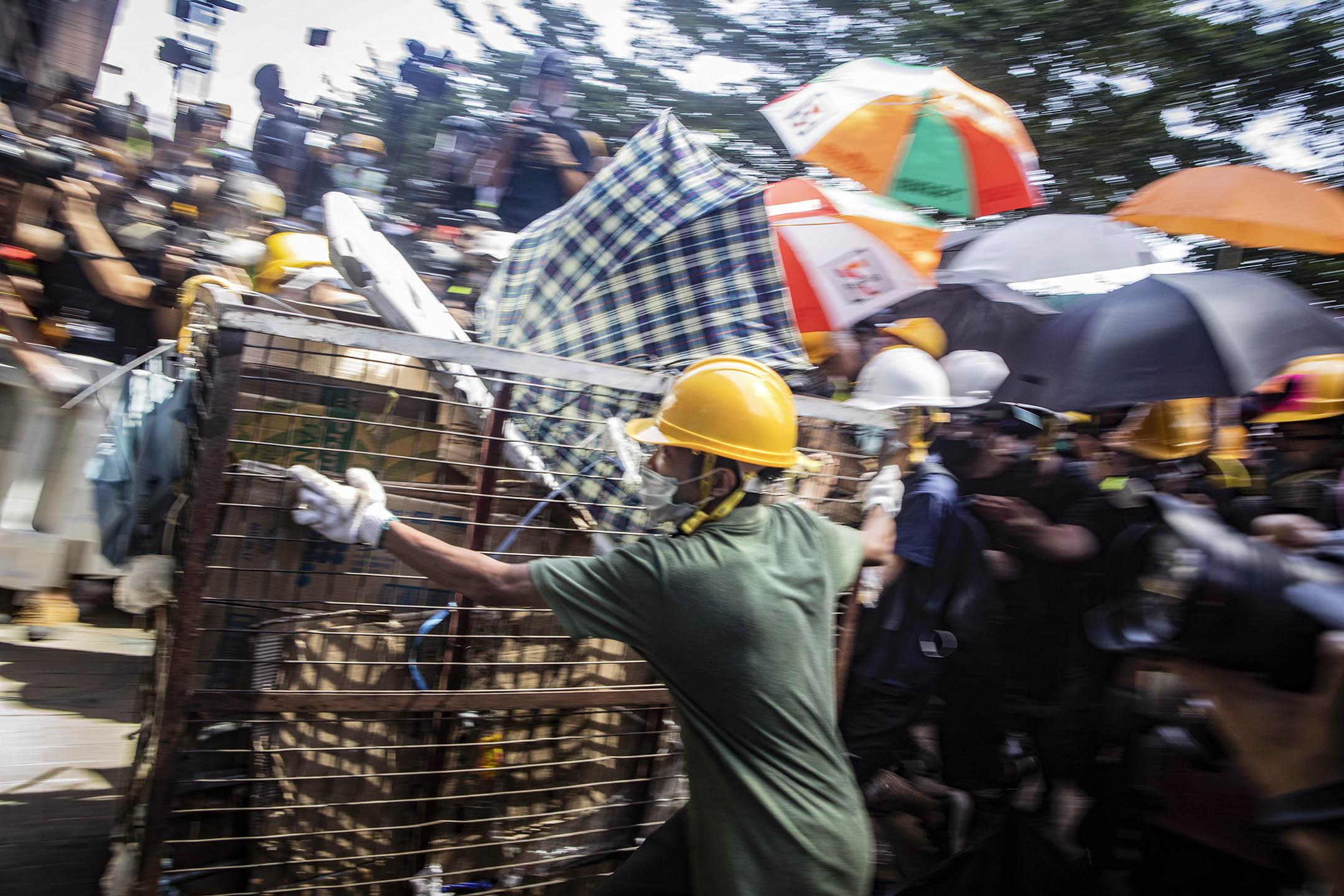 2019年7月1日,示威者在立法會外衝擊立法會的玻璃門。