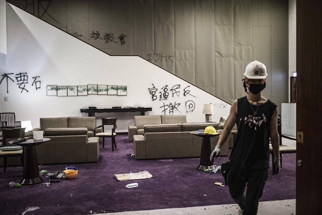 2019年7月1日,示威者佔領立法會並在牆上塗鴉。