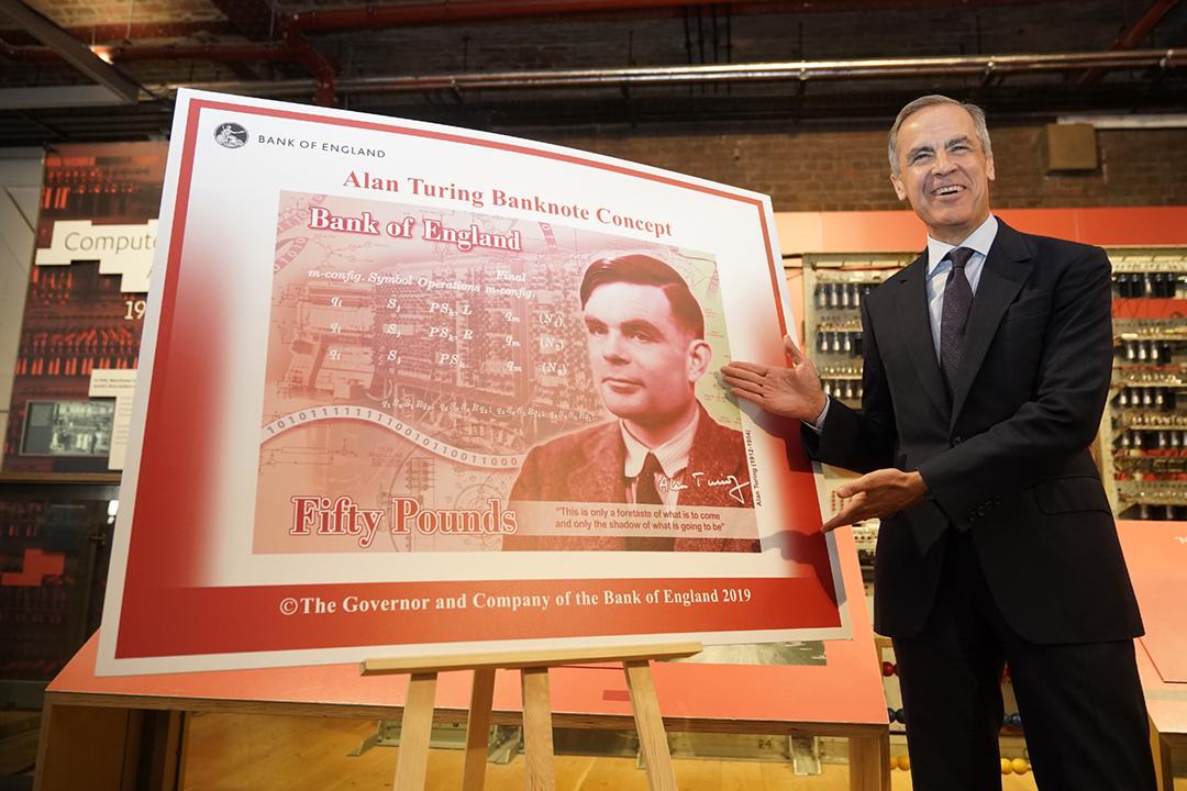 2019年7月16日,英倫銀行行長 Mark Carney 公布五十英鎊新鈔的設計,新鈔將採用「電腦科學及人工智能之父」圖靈(Alan Turing)的肖像。 攝:Christopher Furlong / Getty Images