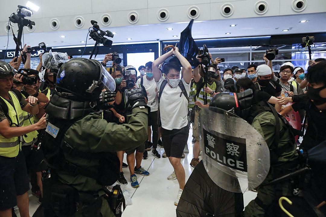 警察與示威者在新城市廣場發生衝突。