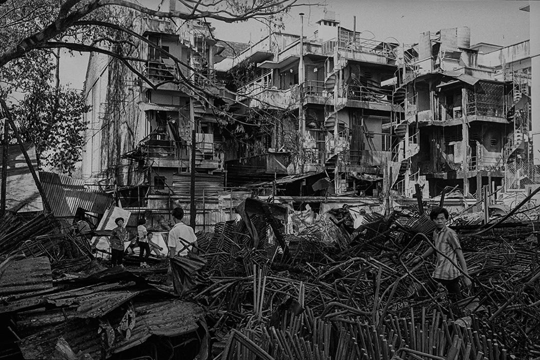 1969年5月25日, 經過自5月13日馬來人和華人發生的種族衝突,居民將返回吉隆坡被燒毀和破壞的房屋。