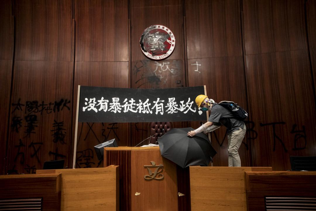 2019年7月1日,香港抗議者衝進立法會,抗議政府拒絕撤回《逃犯條例》。 攝:陳焯煇/端傳媒