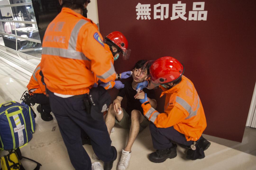2019年7月22日,約凌晨12時40分,在元朗Yoho商場處,有救護員替傷者處理傷口。