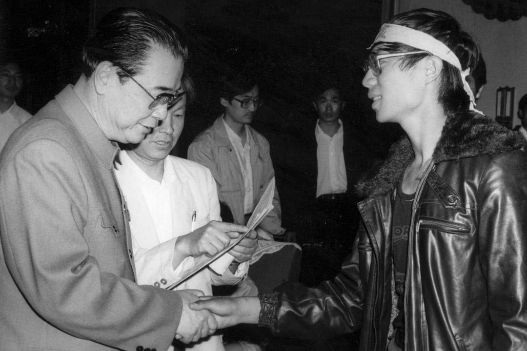 1989年5月,中國總理李鵬與北京學運領袖王丹會面並握手。  攝:Sovfoto/Universal Images Group via Getty Images