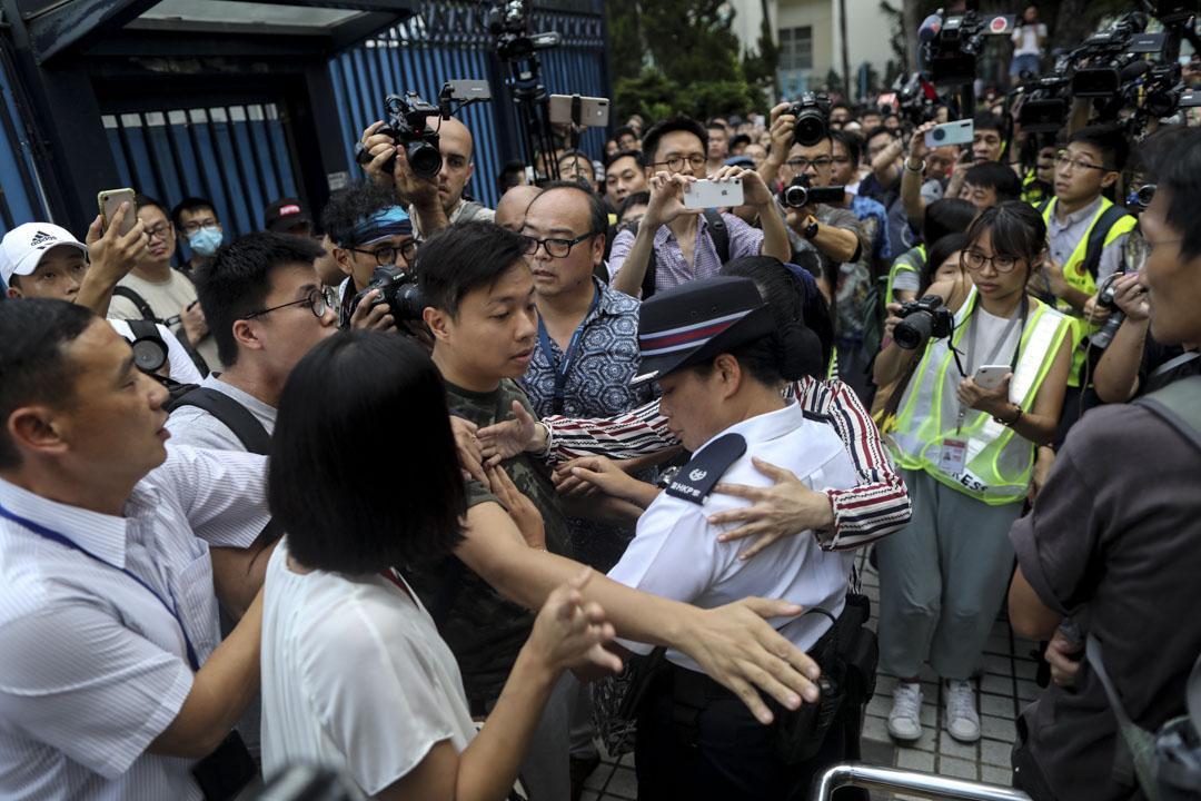 2019年7月22日,元朗警署派代表解釋昨晚之處理情況,期間有示威者不滿其解釋,衝前與之理論。