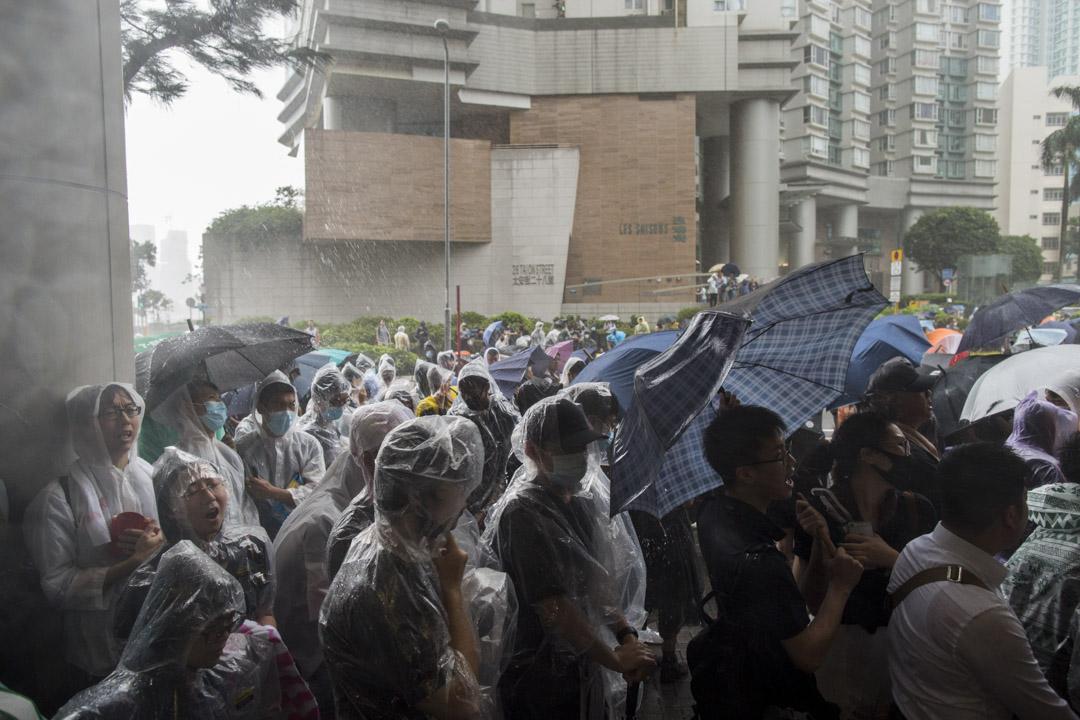 2019年7月31日,728上環遊行被捕的45名抗爭者於東區裁判法院提堂,法院外的聲援市民。