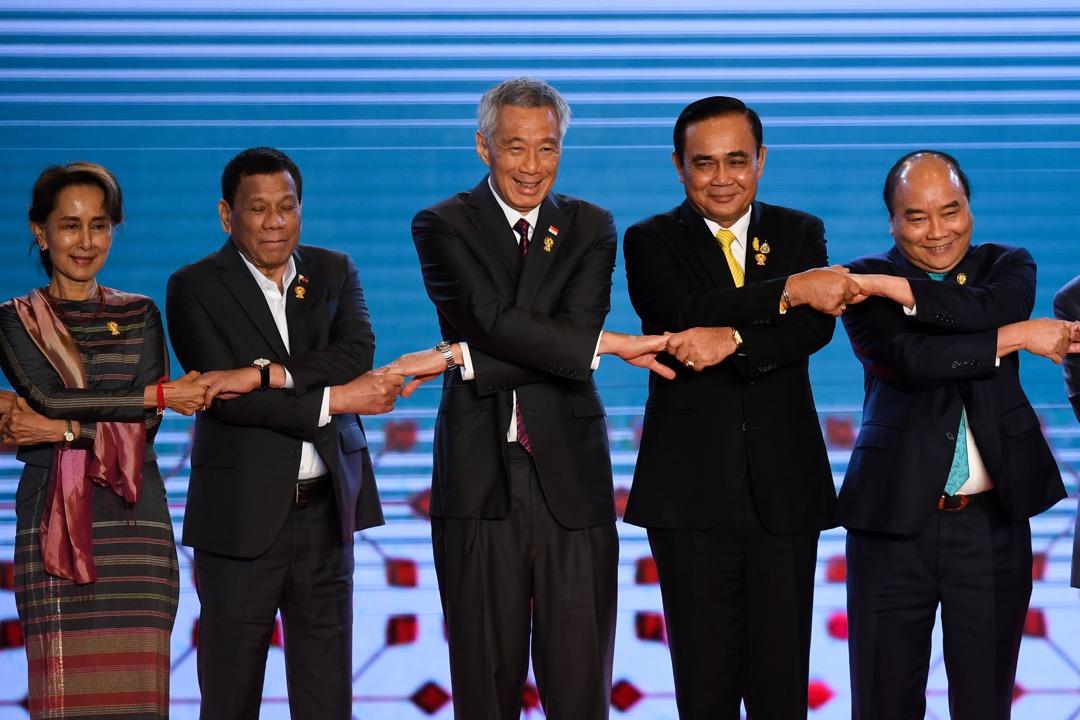 5月31日,新加坡總理李顯龍在年度的「亞洲安全峰會」回應記者提問時,再次引用其亡父的老梗,借喻中美兩強與其他東南亞國家之間的關係。 攝:Lillian Suwanrumpha/AFP/Getty Image