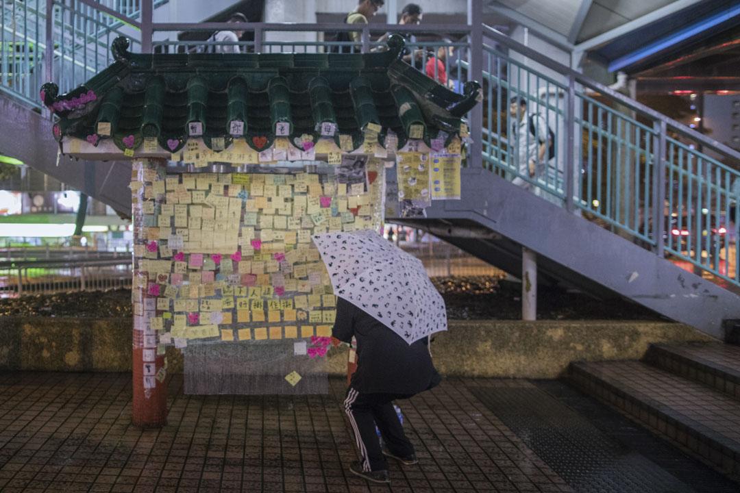 樂富港鐵站行人天橋下。