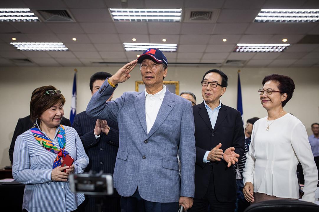 2019年4月17日,國民黨舉行中常會,台灣首富郭台銘獲國民黨頒授國民黨榮譽狀。