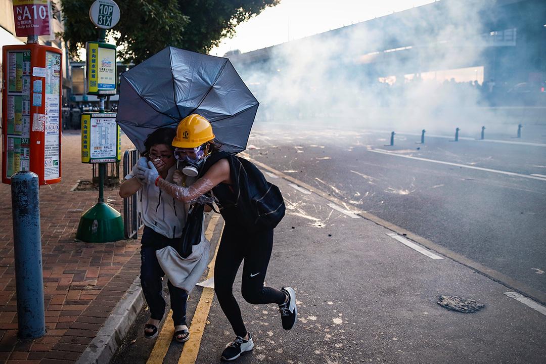 西環干諾道西,警察向示威者發射催淚彈,有示威者慌忙走避。