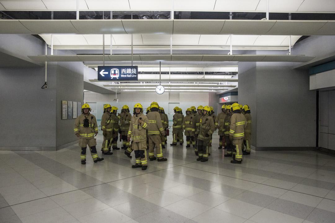 00:40 ,端傳媒記者向現場的消防員查詢,為何現場沒有警察,消防員表示他們也不知道,「我們都想有警察在」。