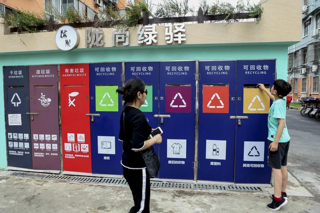 2018年7月1日,上海一個住宅小區的智能回收垃圾箱。 圖:IC photo