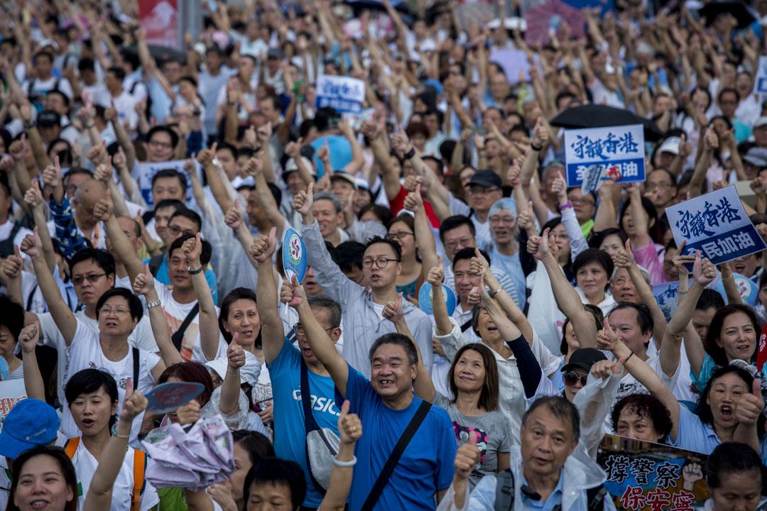 2019年7月20日,金鐘「守護香港」大集會,大量穿着白衣和藍色的中年人來參加。