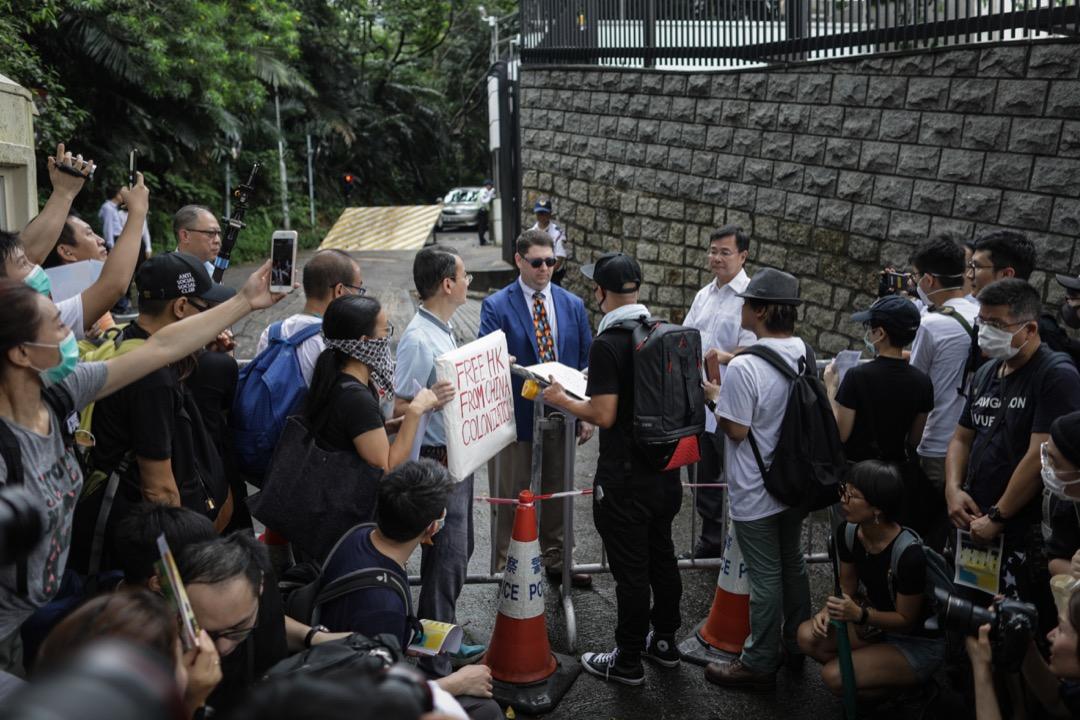 2019年6月26日,G20峰會前夕,市民往19國駐港領館請願,請求各國向中國施壓。