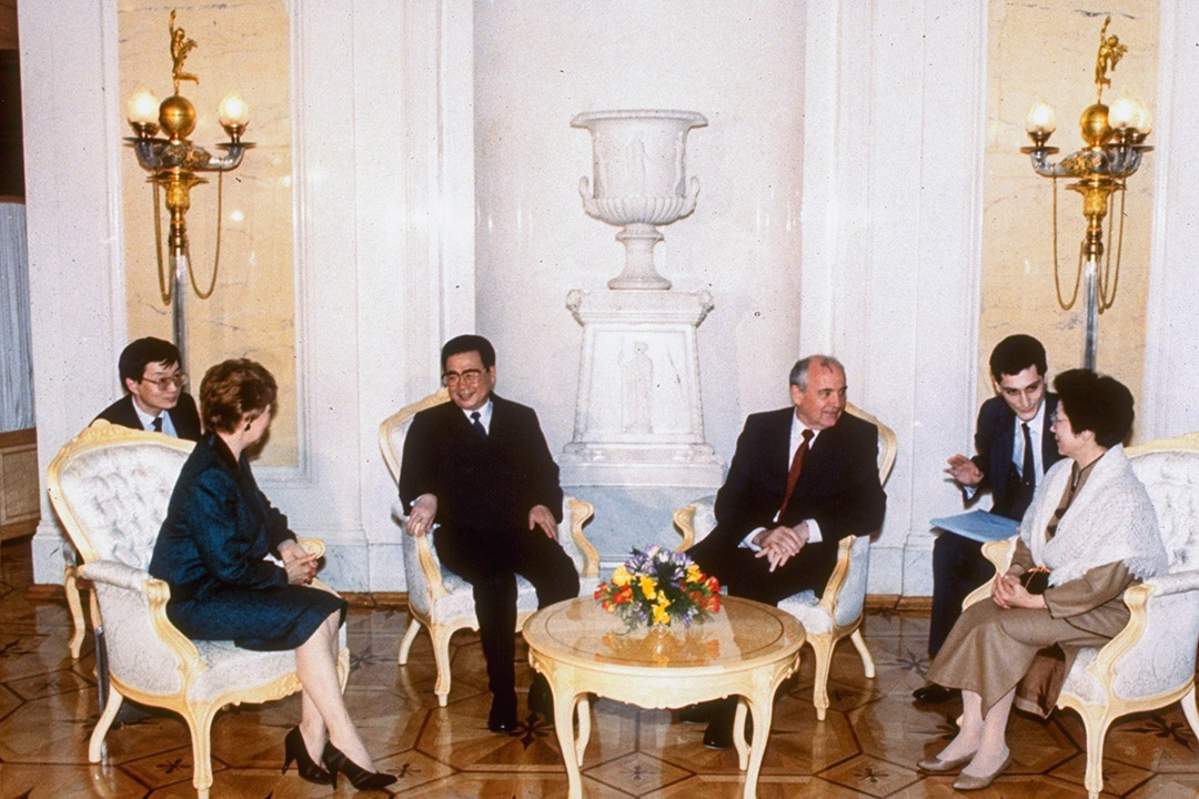 1990年4月1日,中國總理李鵬在訪問莫斯科期間與蘇聯總書記戈爾巴喬夫對話。