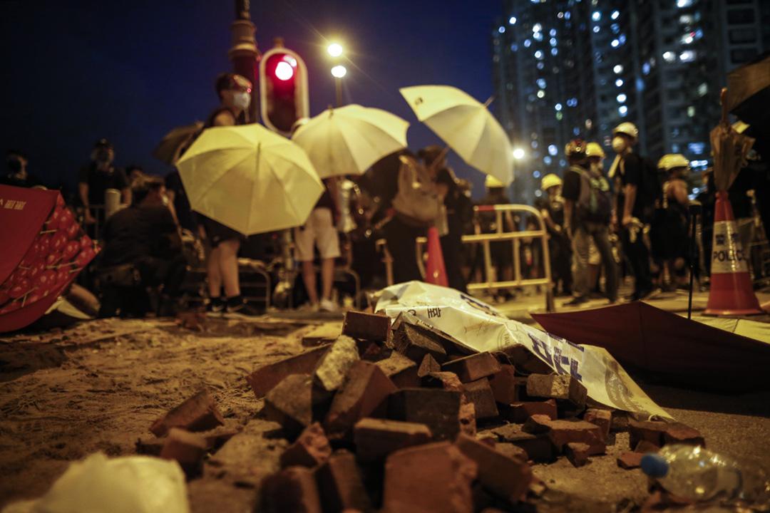 示威者將地磚挖出來。