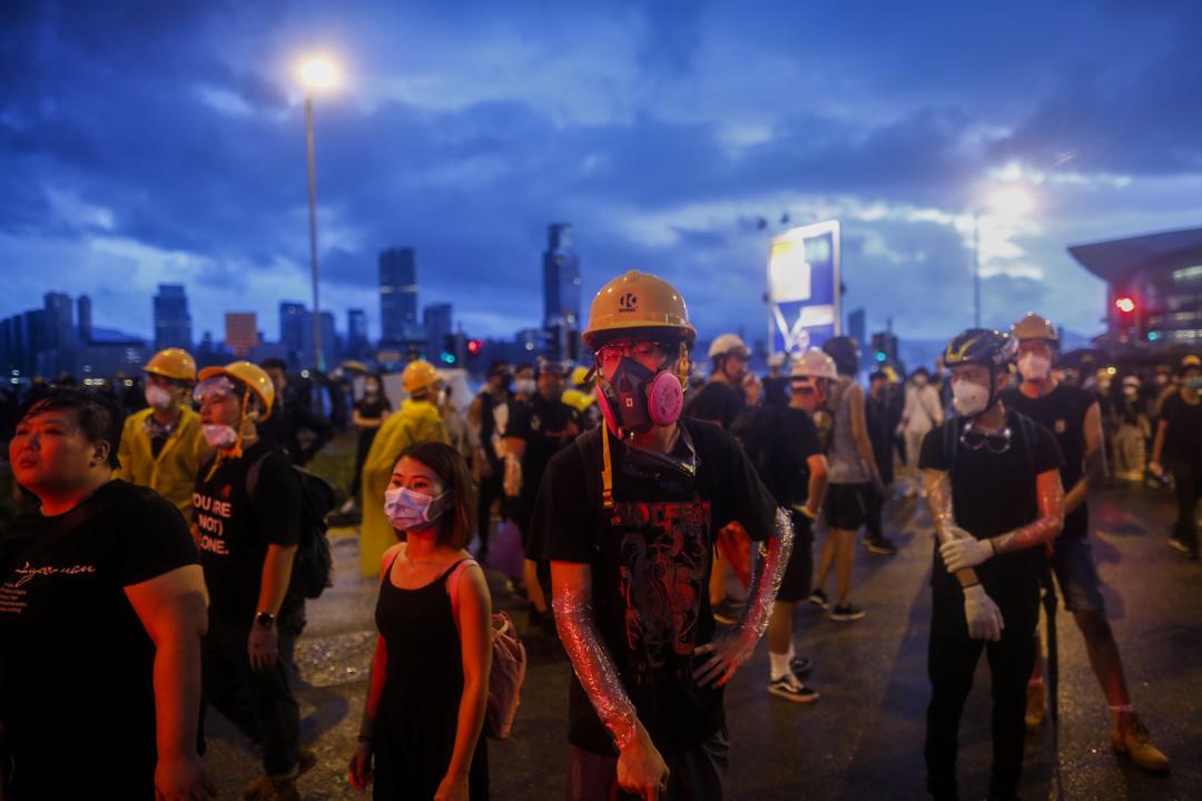 2019年7月1日,示威者在會展中心外和警察對峙。