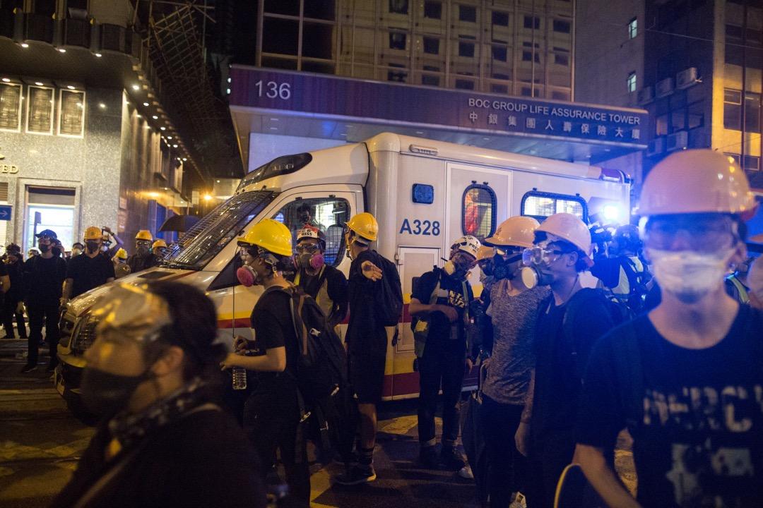 上環德輔道中,示威者為救護車開路。