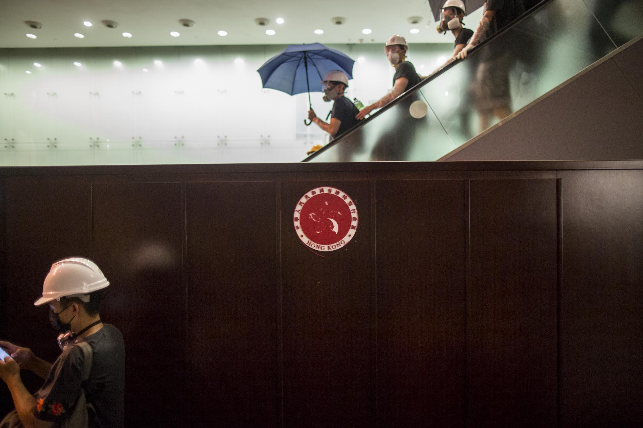 2019年7月1日,示威者成功突破佔領立法會。 攝:林振東/端傳媒