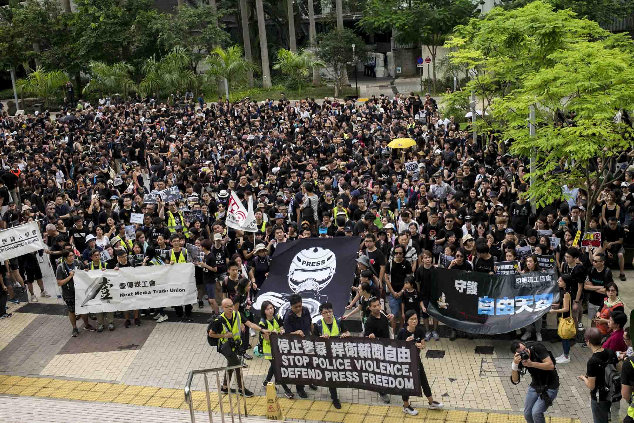 2019年7月14日,七個傳媒工會發起「停止警暴 捍衛新聞自由」新聞界靜默遊行,要求警方尊重新聞自由。 攝:林振東/端傳媒