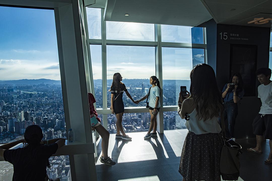 2019年7月31日,旅客在台北101大樓內。 攝:陳焯煇/端傳媒