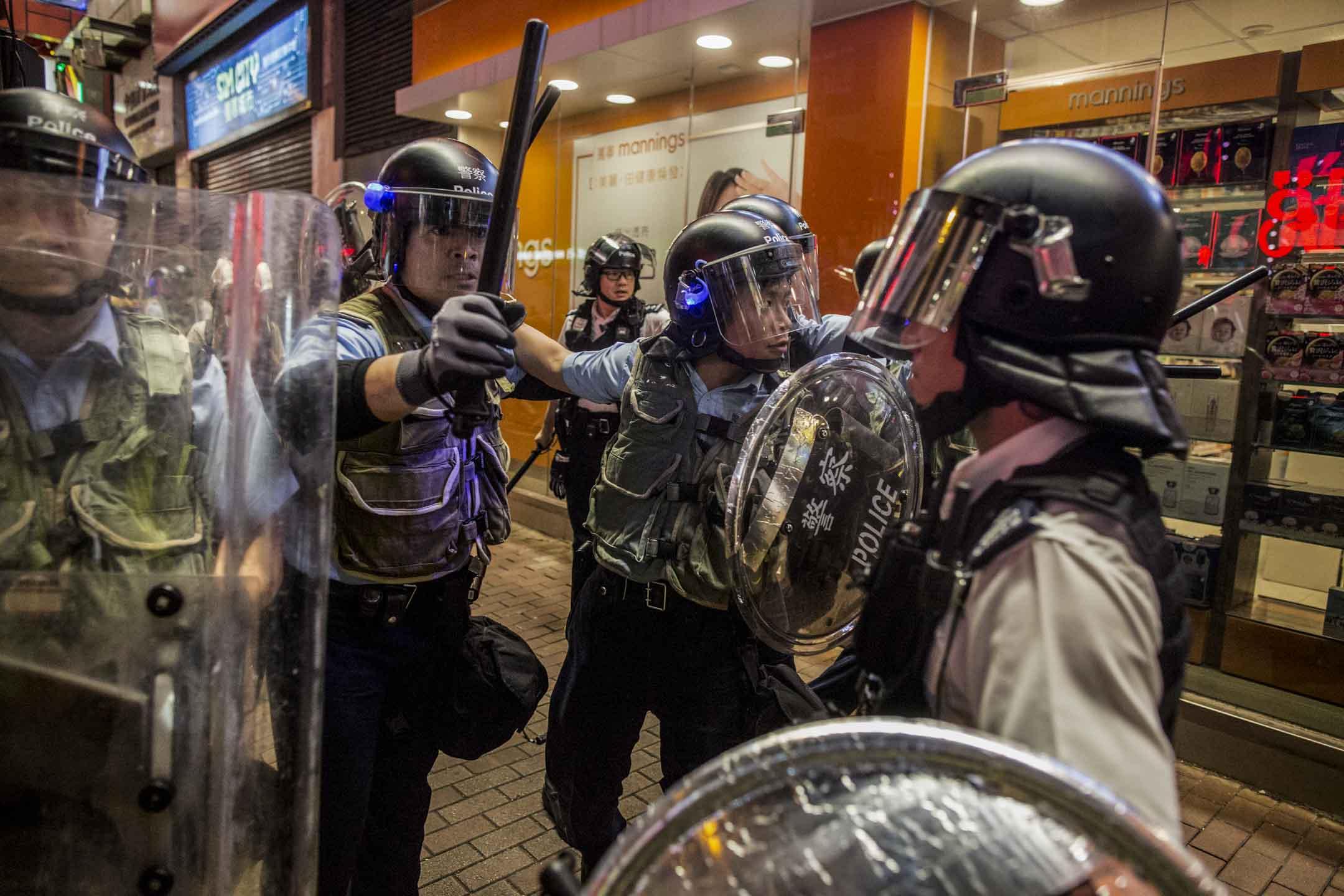 2019年7月7日晚上,警方在旺角彌敦道清場。 攝:林振東/端傳媒