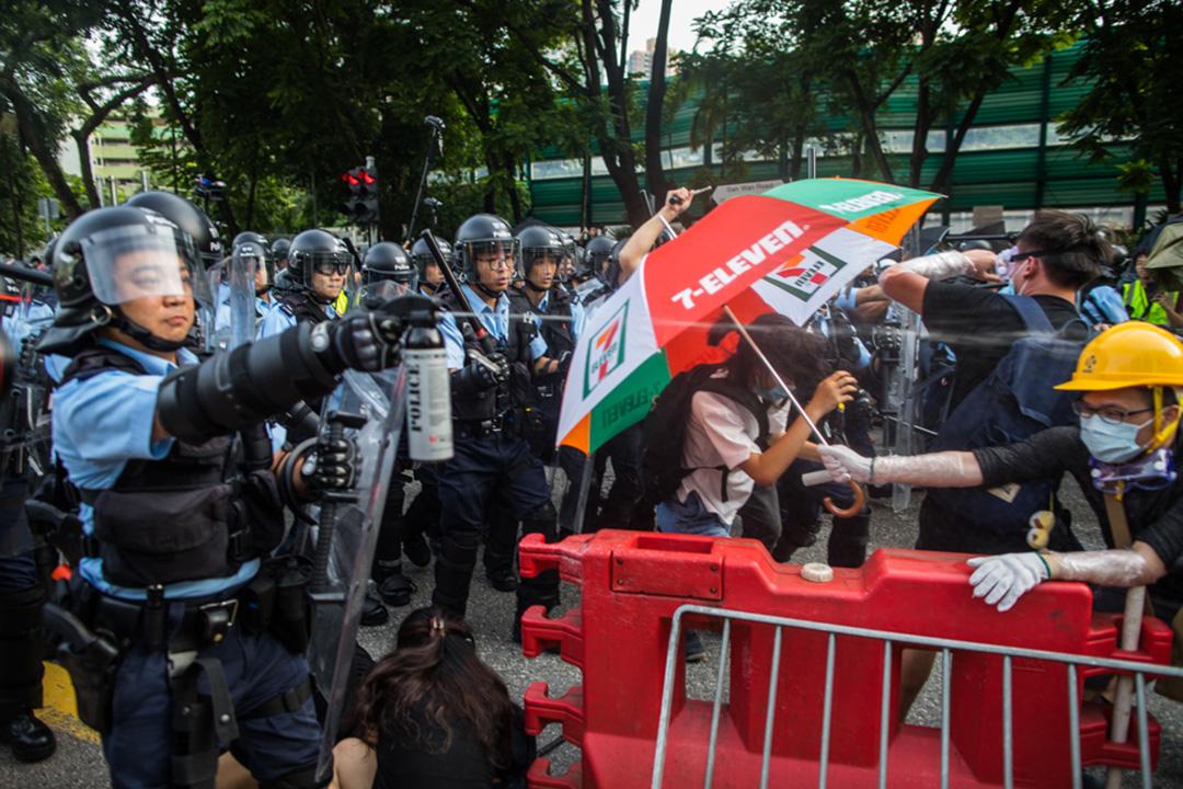 2019年7月13日,警方以胡椒噴霧驅散上水新運路一帶的示威者。
