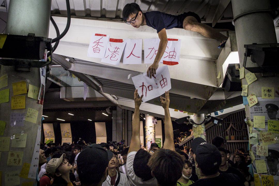 2019年7月10日,油塘地鐵站旁的連儂牆被人破壞,晚上年輕人重新張貼「香港人加油」標語在牆上。
