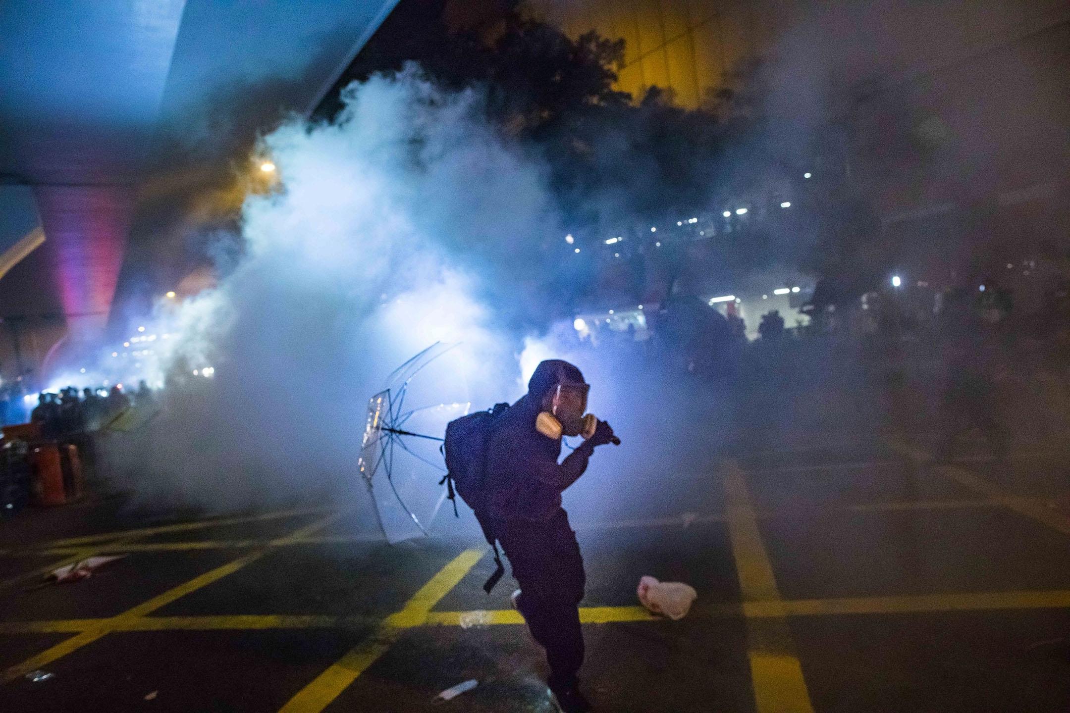 2019年7月21日,警方施放催淚彈驅散上環的示威者。 攝:陳焯煇/端傳媒