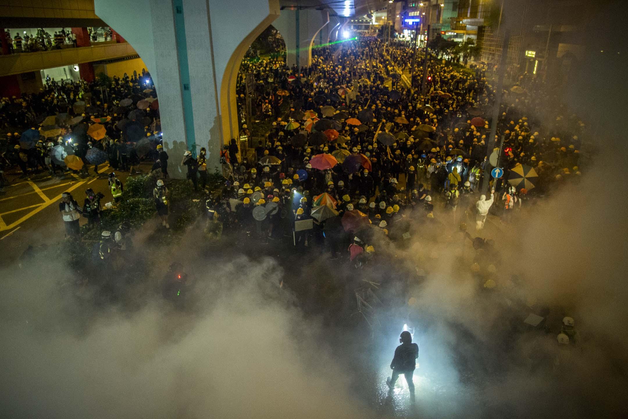 2019年7月21日,警方施放催淚彈驅散上環的示威者。