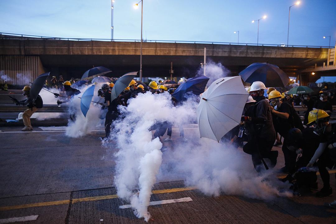 西環干諾道西,警察向示威者發射催淚彈,示威者逐步後退。