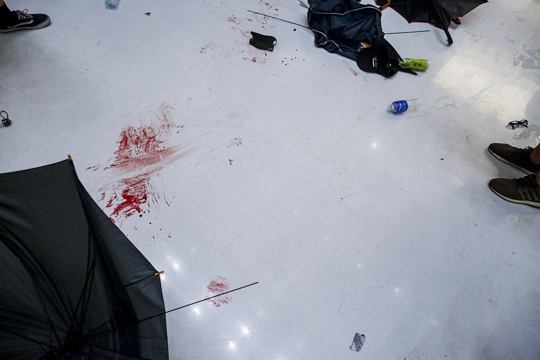 新城市廣場的警民衝突後,地上留下血漬。