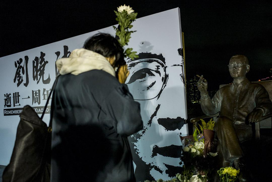 2018年7月13日,劉曉波逝世一週年追思會上的最後環節,參與者逐一上台向劉曉波的銅像獻花致意。