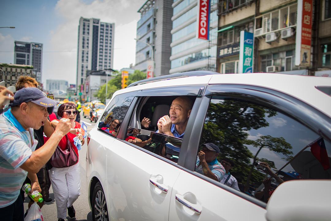 2019年7月15日。國民黨公布初選結果,韓國瑜大勝郭台銘,將代表藍營角逐總統,其支持者在國民黨黨部外恭賀韓國瑜。