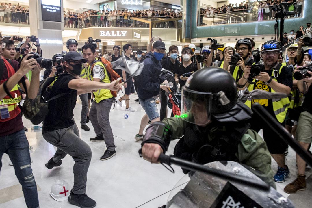2019年7月15日,大批警員進入商場與示威者在新城市廣場短兵相接,雙方發生流血衝突。