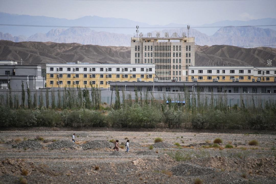 越來越多來源於親屬證詞,衞星照片和內部文件的證據表明,在經歷過一系列再教育灌輸之後,被拘禁者會被強制安排在再教育營內或附近的工廠工作。 攝:Greg Baker/AFP/Getty Images