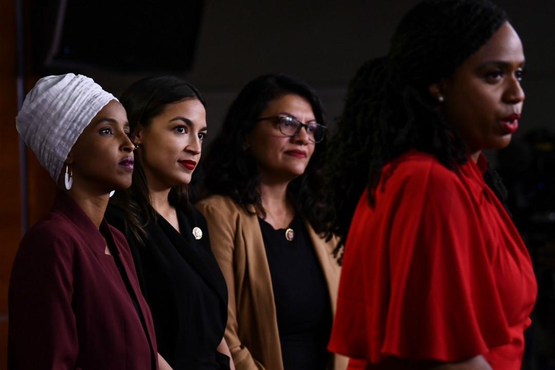 2019年7月15日,美國民主黨四名少數主義女性眾議員在國會召開記者會,譴責特朗普的種族主義言論意在製造分裂。左起:Ilhan Omar、Alexandria Ocasio-Cortez、Rashida Tlaib、Ayanna Pressley。 攝:Brendan Smialowski/Getty Images