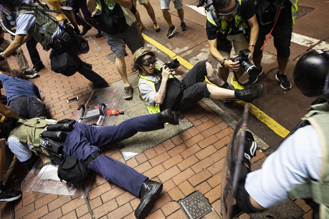 2019年7月7日晚上,警方在旺角清場,一名記者在混亂中倒下。