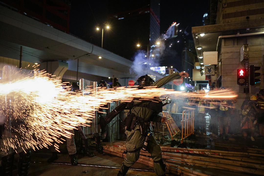 2019年7月28日,上環干諾道西與摩利臣街交界,西港城對出,警察同時向示威者投擲及發射催淚彈。