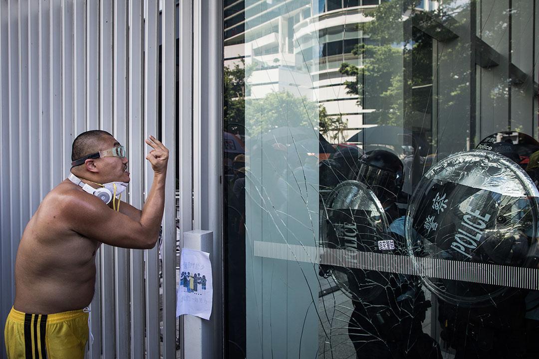 外號「畫家」的潘浩超被指於上月21日參與包圍警察總部、被控三項罪名,今天提堂;其代表律師在庭上投訴,被告曾遭警員侮辱、性侵,亦有操普通話的警員、或疑似中國公安出言恐嚇。圖為2019年7月1日,潘浩超於立法會外示威。 攝:陳焯煇 / 端傳媒