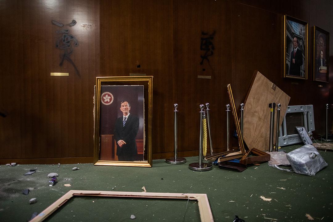 議事廳外,歷任主法會主席的畫像。