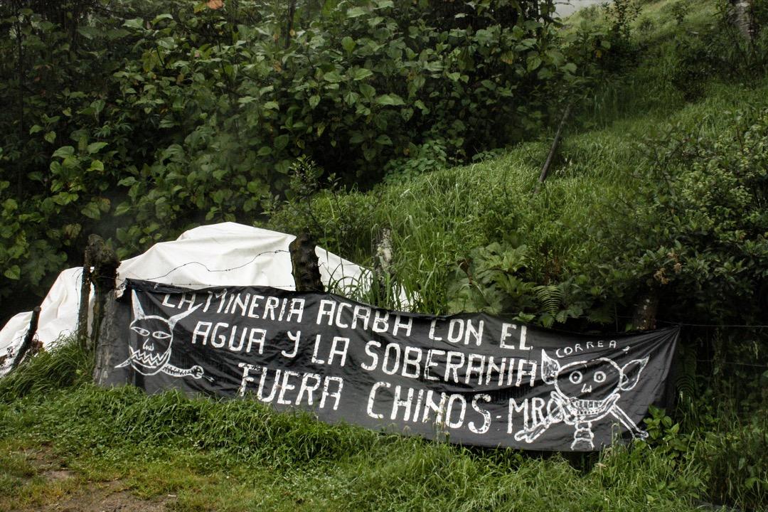 到了入山處,一副黑底白字的標語更張揚些,還畫着骷髏:「開礦損害水和主權——中國滾出去」。
