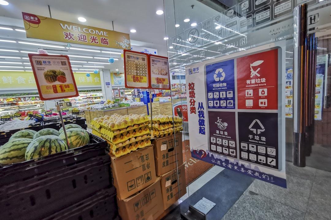 2019年6月28日,上海一間超市門口貼着垃圾分類的宣傳海報。