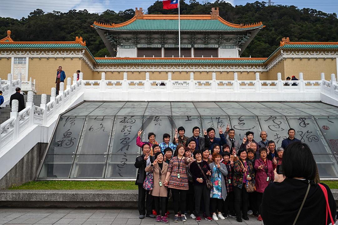 2019年3月13日,台北故宮博物館前的遊客在拍照。 攝:Sam Yeh/AFP via Getty Images