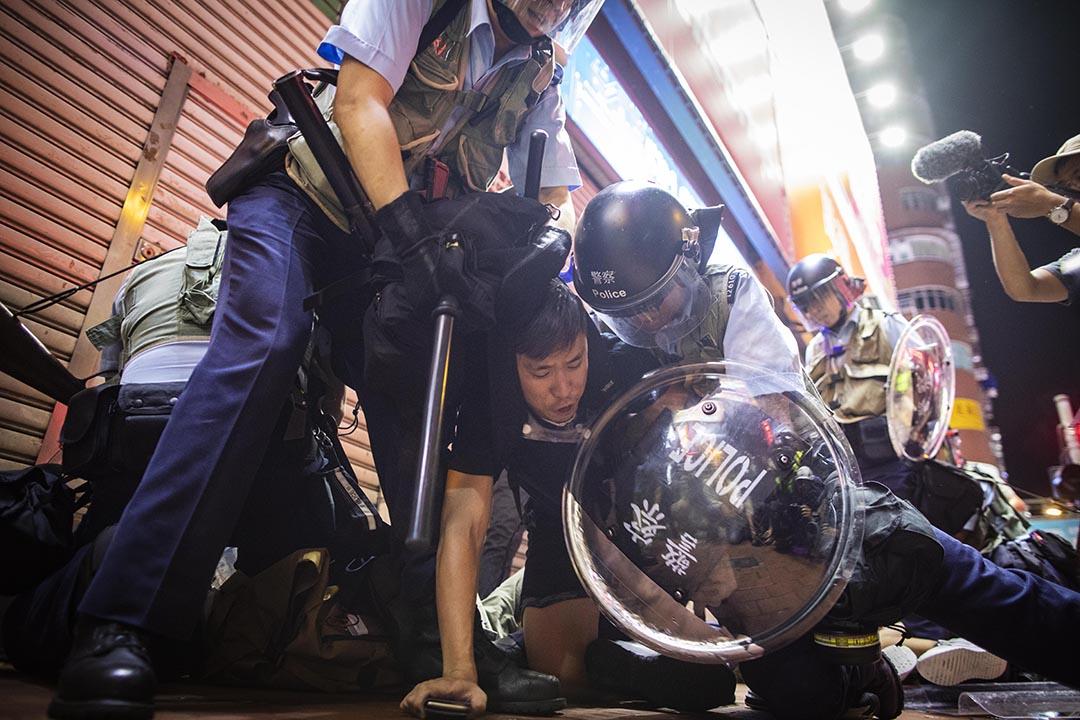 2019年7月7日晚上,警方在旺角彌敦道清場,警方制伏了一個示威者。