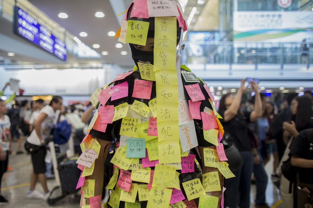 2019年7月26日,「和你飛」集會,參加者在連儂人身上貼上彩紙。
