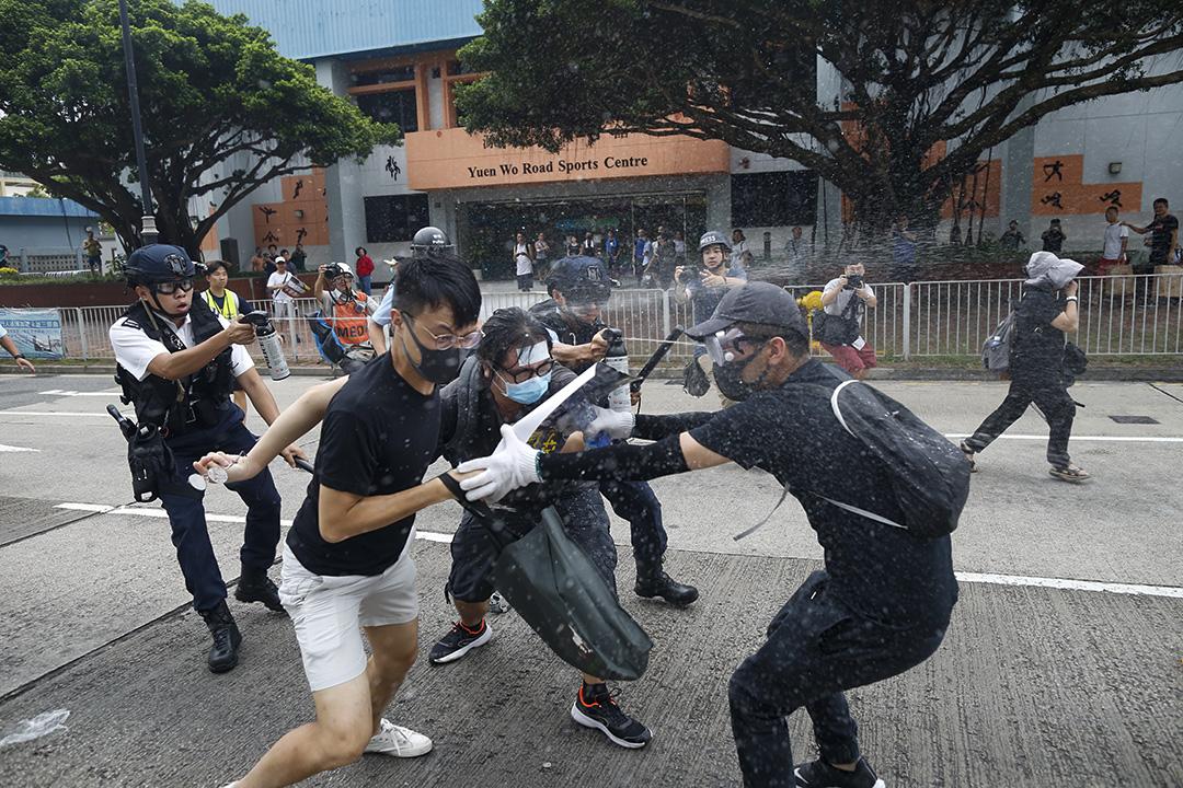 防暴警察向示威者發射胡椒噴霧,雙方一度衝突。