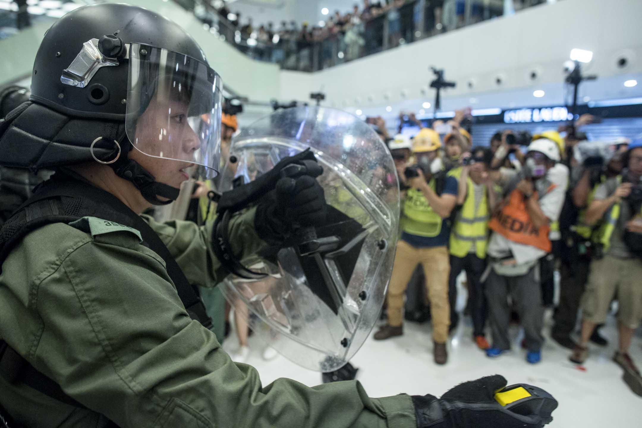 2019年7月15日,大批警員進入商場與示威者在新城市廣場短兵相接,雙方發生流血衝突。 攝:林振東/端傳媒
