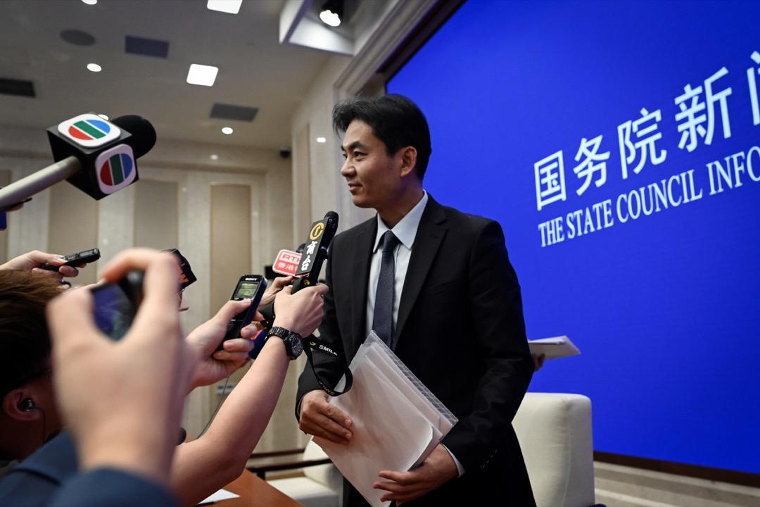 2019年7月29日,國務院港澳辦於下午三時舉行新聞發布會,港澳辦新聞發言人楊光回答記者提問,會後香港記者上前追問。 攝:Wang Zhao/AFP/Getty Images